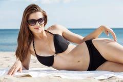 Jolie fille se trouvant sur la plage image stock