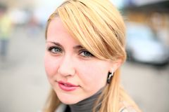 Jolie fille sur la rue photos libres de droits