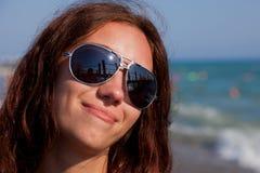 Jolie fille sur le bord de la mer Photo stock