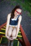 Jolie fille sur le cadre de s'élever en parc photo stock