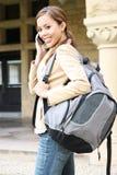 Jolie fille sur le téléphone portable à l'école Images libres de droits