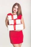 Jolie fille tenant des boîte-cadeau de Noël blanc image libre de droits