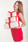Jolie fille tenant le boîte-cadeau de Noël blanc image stock