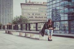 Jolie fille travaillant avec son comprimé Photos libres de droits