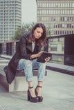 Jolie fille travaillant avec son comprimé Images libres de droits