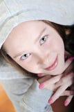 Jolie fillette d'allure garçonnière recherchant photos libres de droits