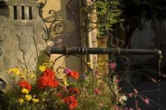 Jolie fontaine avec des fleurs, Alsace Photographie stock