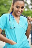 Jolie infirmière féminine hispanique photo stock