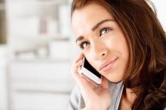 Jolie jeune femme à l'aide du téléphone portable photos libres de droits