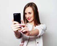 Jolie jeune femme à l'aide du téléphone portable Images libres de droits
