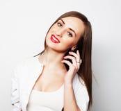 Jolie jeune femme à l'aide du téléphone portable Images stock