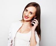 Jolie jeune femme à l'aide du téléphone portable Photo stock