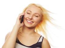 Jolie jeune femme à l'aide du téléphone portable Image libre de droits