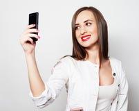 Jolie jeune femme à l'aide du téléphone portable Photo libre de droits
