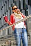 Jolie jeune femme à l'aide du téléphone portable dans la ville Photos libres de droits