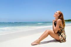 Jolie jeune femme à la plage photographie stock libre de droits