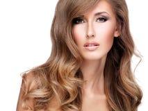 Jolie jeune femme avec de beaux longs cheveux bruns photos stock