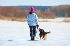 Jolie jeune femme avec le chien Images libres de droits