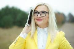 Jolie jeune femme avec le comprimé numérique Image stock