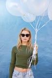Jolie jeune femme avec les ballons blancs photo stock