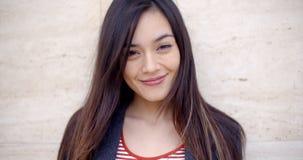 Jolie jeune femme avec un beau sourire amical image libre de droits
