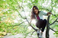 Jolie jeune femme ayant le temps d'amusement en nature photographie stock