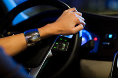 Jolie, jeune femme conduisant son véhicule moderne Images stock