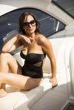 Jolie jeune femme détendant sur le yacht photo libre de droits