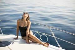 Jolie jeune femme détendant sur le yacht image libre de droits