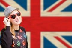 Jolie jeune femme dans des lunettes de soleil sur l'union anglaise Photos stock