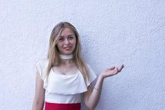 Jolie jeune femme dans l'équipement à la mode photo stock