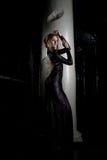 Jolie jeune femme dans la robe noire près du fléau photo libre de droits