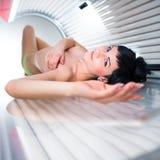 Jolie jeune femme dans un solarium moderne Photo libre de droits