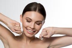 Jolie jeune femme employant le fil spécial pour la dent de nettoyage Image libre de droits