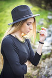 Jolie jeune femme extérieure en parc Images stock
