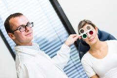 Jolie jeune femme faisant examiner ses yeux photo libre de droits