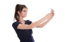 Jolie jeune femme faisant la photo avec le smartphone. Photographie stock