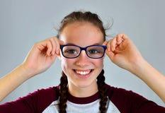 Jolie jeune femme gaie avec des verres images stock
