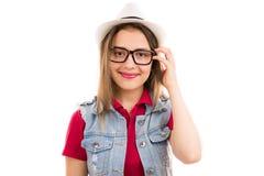 Jolie jeune femme heureuse dans le chapeau photos libres de droits