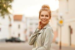 Jolie jeune femme heureuse dans une veste à la mode de la jeunesse image libre de droits
