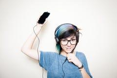 Jolie jeune femme heureuse tandis que musique de écoute Photo libre de droits