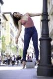 Jolie jeune femme jouant et posant sur la rue image libre de droits
