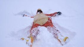 Jolie jeune femme portant le costume drôle de tigre se situant en congère en hiver Image stock