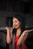 Jolie jeune femme posant pour l'appareil-photo et montrant sa langue images libres de droits