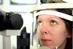 Jolie jeune femme subie une inspection oculaire de fond avec l'ophtalmologue photos libres de droits