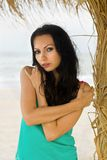 Jolie jeune femme sur la plage Photographie stock