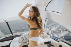 Jolie jeune femme sur le yacht photos libres de droits