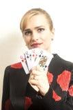 Jolie jeune femme tenant jouer des cartes photo libre de droits