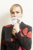 Jolie jeune femme tenant jouer des cartes photographie stock libre de droits