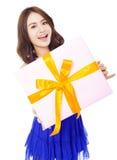Jolie jeune femme tenant un boîte-cadeau photographie stock libre de droits